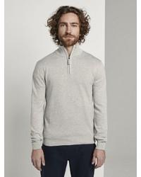 grauer Pullover mit einem Reißverschluss am Kragen von Tom Tailor