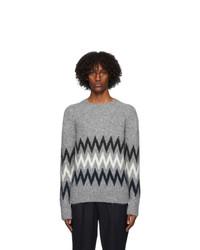 grauer Pullover mit einem Rundhalsausschnitt mit Chevron-Muster