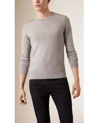 grauer Pullover mit einem Rundhalsausschnitt mit Karomuster