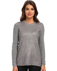 grauer Pullover mit einem Rundhalsausschnitt mit Leopardenmuster