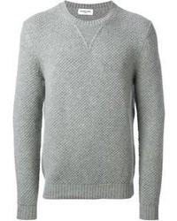 grauer Pullover mit einem Rundhalsausschnitt