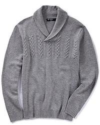 grauer Pullover mit einem Schalkragen
