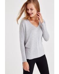 grauer Pullover mit einem V-Ausschnitt von OXXO