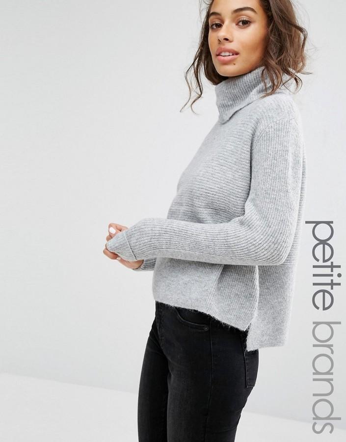 grauer Pullover mit einer weiten Rollkragen