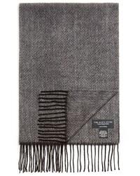 grauer Schal mit Fischgrätenmuster