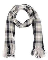 grauer Schal mit Karomuster