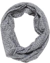 grauer Schal mit Leopardenmuster