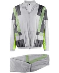 grauer Trainingsanzug von Nike