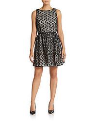 graues ausgestelltes Kleid aus Spitze