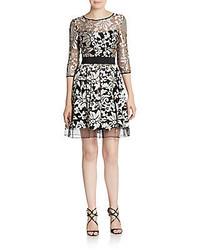 graues ausgestelltes Kleid mit Blumenmuster