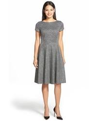 graues ausgestelltes Kleid