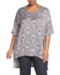 graues bedrucktes T-Shirt mit einem V-Ausschnitt