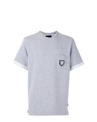 graues besticktes T-Shirt mit einem Rundhalsausschnitt