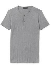 graues T-shirt mit einer Knopfleiste