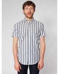 graues vertikal gestreiftes Kurzarmhemd