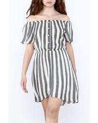 graues vertikal gestreiftes schulterfreies Kleid