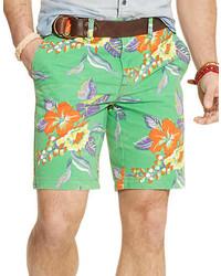 grüne Shorts mit Blumenmuster