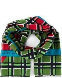 grüner Schal mit Schottenmuster