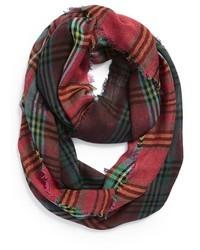 grüner und roter Schal mit Schottenmuster