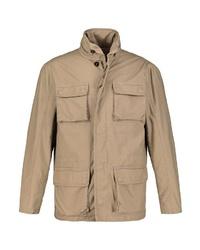 hellbeige Jacke mit einer Kentkragen und Knöpfen von JP1880