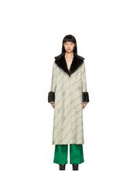 hellbeige Mantel mit einem Pelzkragen von Gucci