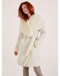 hellbeige Mantel mit einem Pelzkragen von Heine
