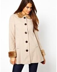 hellbeige Mantel mit einem Pelzkragen von Lipsy