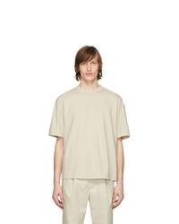 hellbeige T-Shirt mit einem Rundhalsausschnitt von Deveaux New York