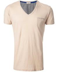 hellbeige T-Shirt mit einem V-Ausschnitt