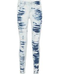hellblaue enge Jeans mit Batikmuster
