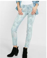 hellblaue enge Jeans mit Blumenmuster