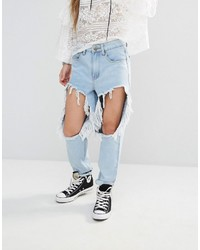 hellblaue Jeans mit Destroyed-Effekten von Boohoo