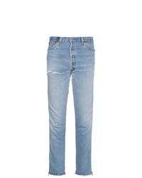 hellblaue Jeans mit Destroyed-Effekten von RE/DONE