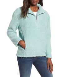 hellblauer Fleece-Pullover mit einem Reißverschluss am Kragen