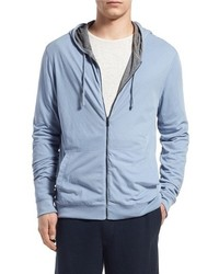 hellblauer Pullover mit einem Kapuze