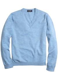 hellblauer Pullover mit einem V-Ausschnitt