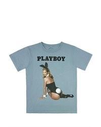 hellblaues bedrucktes T-Shirt mit einem Rundhalsausschnitt