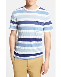 hellblaues horizontal gestreiftes T-Shirt mit einem Rundhalsausschnitt
