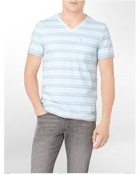 hellblaues horizontal gestreiftes T-Shirt mit einem V-Ausschnitt