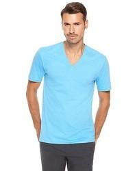 hellblaues T-Shirt mit einem V-Ausschnitt