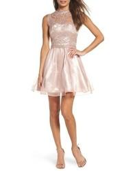 hellviolettes ausgestelltes Kleid aus Spitze