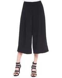 Vereinigen Sie schwarzen kniehohe Stiefel aus Wildleder mit einem Hosenrock für einen bequemen Alltags-Look.