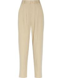 Arbeitsreiche Tage verlangen nach einem einfachen, aber dennoch stylischen Outfit, wie zum Beispiel ein weißer Pullover mit einer weiten Rollkragen und eine Karottenhose.