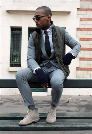 Wie kombinieren: dunkelgrüne ärmellose Jacke, grauer Anzug, weißes Businesshemd, hellbeige Chukka-Stiefel aus Wildleder