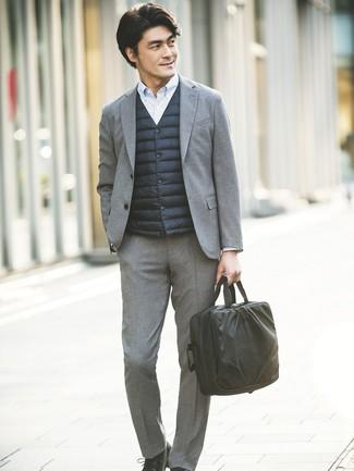 Wie kombinieren: schwarze ärmellose Jacke, grauer Wollanzug, hellblaues vertikal gestreiftes Businesshemd, schwarze Leder Derby Schuhe