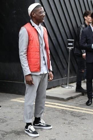 Weißes Langarmhemd kombinieren: trends 2020: Kombinieren Sie ein weißes Langarmhemd mit einer orange gesteppten ärmelloser Jacke für ein Alltagsoutfit, das Charakter und Persönlichkeit ausstrahlt. Suchen Sie nach leichtem Schuhwerk? Vervollständigen Sie Ihr Outfit mit schwarzen und weißen Segeltuch niedrigen Sneakers für den Tag.