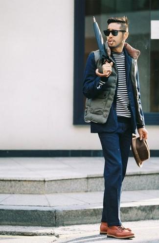 Wie kombinieren: olivgrüne gesteppte ärmellose Jacke, dunkelblauer Anzug, schwarzer und weißer horizontal gestreifter Pullover mit einem Rundhalsausschnitt, rotbraune Lederfreizeitstiefel