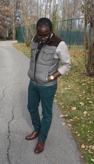 Dunkelbraune Krawatte kombinieren: trends 2020: Kombinieren Sie eine graue ärmellose Jacke mit einer dunkelbraunen Krawatte, um vor Klasse und Perfektion zu strotzen. Braune Leder Derby Schuhe fügen sich nahtlos in einer Vielzahl von Outfits ein.