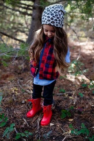 Wie kombinieren: rote ärmellose Jacke, blaues Jeans Businesshemd, schwarze Leggings, rote Gummistiefel