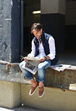 Kombinieren Sie eine dunkelblaue gesteppte ärmellose Jacke mit blauen Jeans, um mühelos alles zu meistern, was auch immer der Tag bringen mag. Braune wildleder bootsschuhe sind eine großartige Wahl, um dieses Outfit zu vervollständigen.